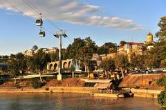Άποψη της όχθης ποταμού και του τελεφερίκ στο κέντρο της πόλης του Tbilisi στοκ φωτογραφία με δικαίωμα ελεύθερης χρήσης