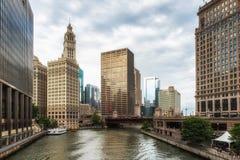 Άποψη της όχθης ποταμού του Σικάγου με μια γέφυρα και έναν ουρανοξύστη Στοκ εικόνες με δικαίωμα ελεύθερης χρήσης