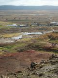 Άποψη της geyser γεωθερμικής περιοχής στην κοιλάδα Haukadalur, Ισλανδία, με τους μικρούς αριθμούς των ανθρώπων που συγκεντρώνοντα στοκ φωτογραφίες