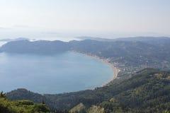 Άποψη της Misty στην παραλία του Γεώργιος Pagon επιβαρύνσεων στην Κέρκυρα Ελλάδα από το αβ Στοκ Εικόνες