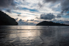 Άποψη τοπίου ο όμορφος χρόνος ηλιοβασιλέματος στη ρηχή θάλασσα έχει το δίδυμο isl Στοκ εικόνα με δικαίωμα ελεύθερης χρήσης