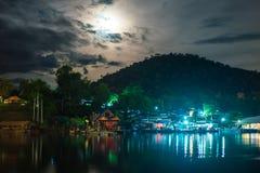 Άποψη τοπίου το όμορφο χωριό προκυμαιών στη σκηνή νύχτας έχει το λ Στοκ φωτογραφία με δικαίωμα ελεύθερης χρήσης