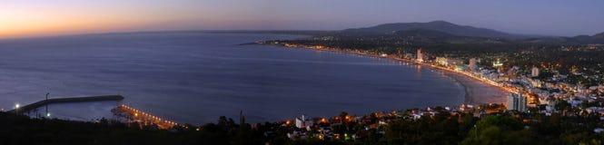 Άποψη τοπίων ακτών πανοράματος καλοκαιριού στοκ εικόνες