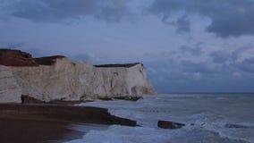 Άποψη τοπίων επτά απότομων βράχων αδελφών και των χορεύοντας κυμάτων στη θάλασσα απόθεμα βίντεο