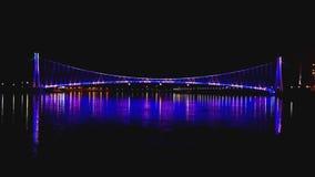 Άποψη τοπίων μιας ζωηρόχρωμης σύγχρονης για τους πεζούς γέφυρας φιλμ μικρού μήκους