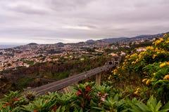 Άποψη τοπίων πέρα από την ακτή της Μαδέρας, πυροβολισμός από το βοτανικό κήπο, Φουνκάλ, Πορτογαλία στοκ εικόνα