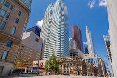 άποψη τοπίων πόλεων πρόσκλησης Τορόντο με τα εκλεκτής ποιότητας κλασικούς κτήρια και τους ηλικιωμένους στο υπόβαθρο Στοκ Εικόνες