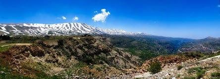 Άποψη τοπίων στα βουνά και την ιερή κοιλάδα aka κοιλάδων Kadisha, Λίβανος στοκ εικόνα