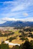 Άποψη τοπίων στην πόλη Reutte στην Αυστρία με τα όρη στο υπόβαθρο Αυστρία Τύρολο Στοκ φωτογραφία με δικαίωμα ελεύθερης χρήσης