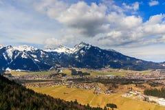 Άποψη τοπίων στην πόλη Reutte στην Αυστρία με τα όρη στο υπόβαθρο Αυστρία Τύρολο Στοκ Φωτογραφίες