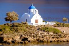 Άποψη τοπίων της άσπρης εκκλησίας στη μεσογειακή παραλία, Αμοργός Στοκ φωτογραφία με δικαίωμα ελεύθερης χρήσης
