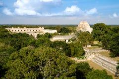 Άποψη τοπίων της archeological περιοχής Uxmal με τις πυραμίδες και το rui Στοκ φωτογραφία με δικαίωμα ελεύθερης χρήσης