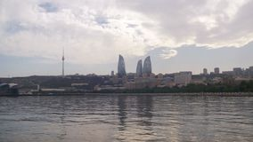 Άποψη τοπίων του αναχώματος του Μπακού, του Αζερμπαϊτζάν, της Κασπίας Θάλασσα, των ουρανοξυστών και των φλεμένος πύργων φιλμ μικρού μήκους