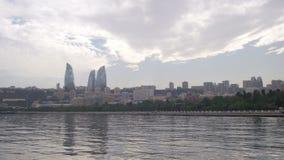 Άποψη τοπίων του αναχώματος του Μπακού, του Αζερμπαϊτζάν, της Κασπίας Θάλασσα, των ουρανοξυστών και των φλεμένος πύργων απόθεμα βίντεο