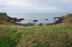 Άποψη τοπίων του Giant& x27 υπερυψωμένο μονοπάτι του s, Βόρεια Ιρλανδία Στοκ Εικόνες