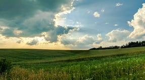 Άποψη τοπίων των πράσινων τομέων και των σύννεφων στο θερινή περίοδο Στοκ φωτογραφία με δικαίωμα ελεύθερης χρήσης