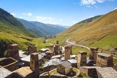 Άποψη τοπίων των του χωριού πύργων Ushguli και των βουνών, Svaneti, Γεωργία Στοκ Φωτογραφία