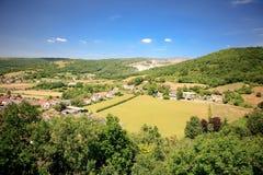 Άποψη τοπίων φαραγγιών τυριού Cheddar: απότομοι βράχοι και μια πόλη από την αιχμή απατεώνων, Somerset, Αγγλία Στοκ Εικόνες