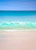 Άποψη τοπίων χαλάρωσης φωτός της ημέρας ήλιων άμμου μπλε ουρανού παραλιών θάλασσας για την κάρτα και το ημερολόγιο σχεδίου Στοκ Εικόνα