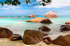Άποψη τοπίων χαλάρωσης φωτός της ημέρας ήλιων άμμου μπλε ουρανού παραλιών θάλασσας για την κάρτα και το ημερολόγιο σχεδίου Στοκ Φωτογραφίες