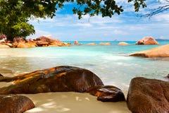 Άποψη τοπίων χαλάρωσης φωτός της ημέρας ήλιων άμμου μπλε ουρανού παραλιών θάλασσας για την κάρτα και το ημερολόγιο σχεδίου Στοκ Εικόνες
