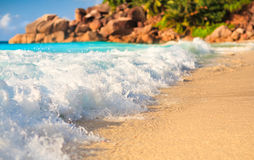 Άποψη τοπίων χαλάρωσης φωτός της ημέρας ήλιων άμμου μπλε ουρανού παραλιών θάλασσας για την κάρτα σχεδίου Στοκ Εικόνες