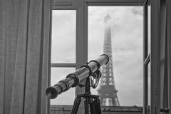 Άποψη του Άιφελ γύρου του Παρισιού από το δωμάτιο σε γραπτό Στοκ Φωτογραφίες