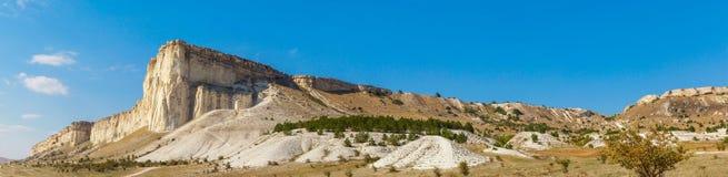 Άποψη του άσπρου βράχου ή Aq Qaya μια ηλιόλουστη θερινή ημέρα Στοκ φωτογραφία με δικαίωμα ελεύθερης χρήσης