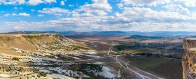 Άποψη του άσπρου βράχου ή Aq Qaya μια ηλιόλουστη θερινή ημέρα Στοκ Φωτογραφίες