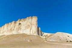 Άποψη του άσπρου βράχου ή Aq Qaya μια ηλιόλουστη θερινή ημέρα Στοκ Φωτογραφία