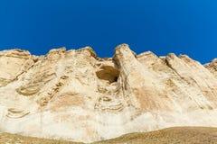 Άποψη του άσπρου βράχου ή Aq Qaya μια ηλιόλουστη θερινή ημέρα Στοκ Εικόνες