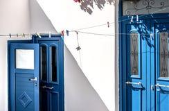 Άποψη του άσπρου κτηρίου και της μπλε ναυτικής πόρτας στοκ φωτογραφίες
