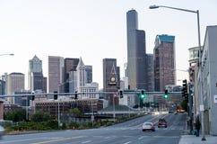Άποψη του ήχου Puget με τους μπλε ουρανούς και το στο κέντρο της πόλης Σιάτλ, Ουάσιγκτον, ΗΠΑ στοκ φωτογραφία
