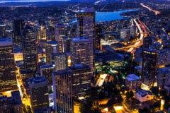 Άποψη του ήχου Puget με τους μπλε ουρανούς και το στο κέντρο της πόλης Σιάτλ, Ουάσιγκτον, ΗΠΑ στοκ εικόνες