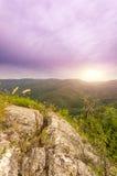 Άποψη του ήλιου lazily που αυξάνεται από πίσω από το βουνό στοκ φωτογραφία με δικαίωμα ελεύθερης χρήσης