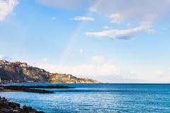 Άποψη του ακρωτηρίου και του ουράνιου τόξου Taormina στην ιόνια θάλασσα Στοκ Εικόνα