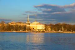 Άποψη του αναχώματος ναυαρχείου και η δεξιά του ναυαρχείου που χτίζει τον Απρίλιο να εξισώσει Πετρούπολη Άγιος Στοκ Φωτογραφίες