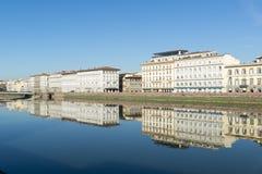 Άποψη του αναχώματος ποταμών Arno με τα reflecttions κτηρίων αρχιτεκτονικής στο νερό Στοκ Εικόνα