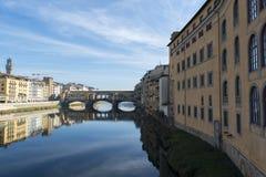 Άποψη του αναχώματος ποταμών Arno με την αρχιτεκτονική και τη γέφυρα Ponte Vecchio Στοκ Φωτογραφία