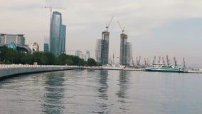 Άποψη του αναχώματος της Κασπίας Θάλασσα του κεφαλαίου του Αζερμπαϊτζάν, του Μπακού και των ουρανοξυστών της πόλης απόθεμα βίντεο