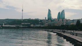 Άποψη του αναχώματος της Κασπίας Θάλασσα του κεφαλαίου του Αζερμπαϊτζάν, του Μπακού και των ουρανοξυστών της πόλης φιλμ μικρού μήκους