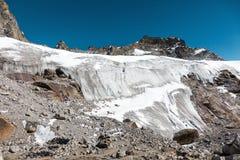 Άποψη του αυστηρού παγετώνα στα υψηλά βουνά Στοκ εικόνες με δικαίωμα ελεύθερης χρήσης