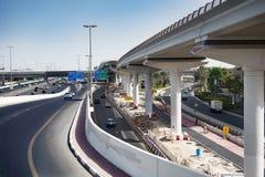 Άποψη του αυτοκινητόδρομου και του constraction υποδομής του Ντουμπάι στοκ εικόνες