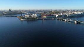 Άποψη του βέλους του νησιού Vasilievsky, ηλιόλουστο πρωί Πετρούπολη Άγιος απόθεμα βίντεο