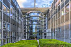 Άποψη του Βερολίνου Γερμανία στις 16 Μαΐου 2018 ένα από τα κτήρια των Κοινοβουλίων με τα πολλά παράθυρα γυαλιού του και τις προσό στοκ φωτογραφία με δικαίωμα ελεύθερης χρήσης