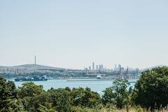 Άποψη του βιομηχανικού μέρους της Ιστανμπούλ Σκάφη, αποβάθρες και σύγχρονα εικονική παράσταση πόλης και Bosphorus στοκ εικόνες