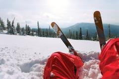 Άποψη του βουνού και να κάνει σκι σκι Στοκ Εικόνες