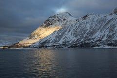 Άποψη του βουνού Stauren σε Gryllefjord Στοκ Εικόνες