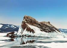Άποψη του βράχου Elenka μια ηλιόλουστη χειμερινή ημέρα Λίμνη Baikal, νησί Olkhon Ανατολική Σιβηρία, στοκ εικόνες
