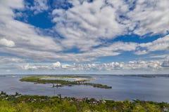 Άποψη του Βόλγα και του πράσινου νησιού από το βουνό Sokolov Στοκ φωτογραφία με δικαίωμα ελεύθερης χρήσης